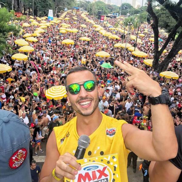 Felipe Fonseca apresenta todas as atrações e agita a galera no Bloco da Latinha. A rádio Mix FM participando do maior carnaval de rua do Brasil.