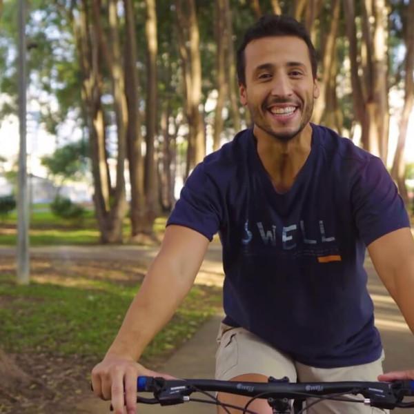 Felipe Fonseca como apresentador Swell Bikes.