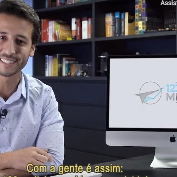 Felipe Fonseca como apresentador 123 Perdi Meu Voo.